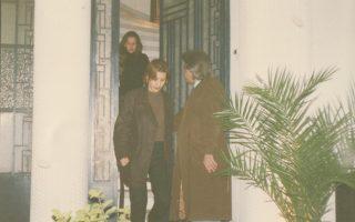 Η λευκή μονοκατοικία, στη συμβολή των οδών Φραντζή και Θαρύπου, με τον Νίκο Λαδά (με το παλτό) να καληνυχτίζει τον κόσμο. Είμαστε στο 1996...