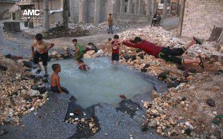 Με βόμβες, πισίνα. Ξετρελαμένη η πιτσιρικαρία στην γειτονιά  Sheikh Saeed του Χαλεπιού, ρίχνει βουτιές στην αυτοσχέδια πισίνα που δημιουργήθηκε από βόμβα. Η τεράστια τρύπα που προέκυψε, με λίγη φροντίδα, μερικές πέτρες, απεριόριστη διάθεση από τα παιδιά και έγινε πρώτης τάξεως παιχνίδι. Aleppo Media Center via AP