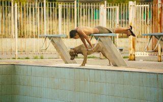 Τα παιδιά περιφέρονται στους χώρους άσκοπα και στήνουν βίαια παιχνίδια-απομιμήσεις των ολυμπιακών αθλημάτων, για να ξεφύγουν από την πραγματικότητα.