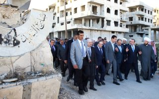 Στη Συρία στρέφονται και πάλι τα βλέμματα της διεθνούς κοινότητας, καθώς από χθες το βράδυ τέθηκε σε ισχύ η δεύτερη, μέσα σε ένα χρόνο, αμερικανορωσική συμφωνία κατάπαυσης του πυρός. Ευχή όλων είναι να αποδειχθεί μακροβιότερη από την προηγούμενη, αλλά η καχυποψία μεταξύ των αντίπαλων στρατοπέδων δικαιολογεί τον διάχυτο σκεπτικισμό. Χθες το πρωί, ο Σύρος πρόεδρος Μπασάρ αλ Ασαντ προσήλθε, σε μια επίδειξη ισχύος, στην πόλη Νταράγια (φωτογραφία), την οποία πρόσφατα ανακατέλαβε ο κυβερνητικός στρατός, διαμηνύοντας ότι θα συνεχίσει την εκστρατεία του για την εκδίωξη των «τρομοκρατών» από το σύνολο της επικράτειας.