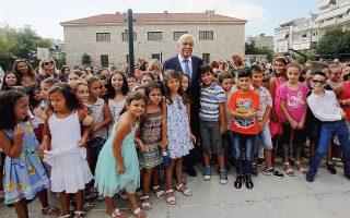 Mε την ευχή του Προέδρου της Δημοκρατίας κ. Προκόπη Παυλόπουλου «Kαλή σχολική Xρονιά» στο 4ο Δημοτικό Σχολείο Aιγάλεω «Mίκης Θεοδωράκης», χθες, βγήκε η αναμνηστική φωτογραφία όλο χαμόγελα. (AΠE - MΠE / Aλέξανδρος Bλάχος)