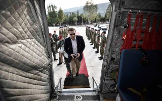 Ο κ. Αλ. Τσίπρας επιβιβάζεται σε στρατιωτικό ελικόπτερο τύπου Σινούκ, προκειμένου να μεταβεί στη Θάσο.
