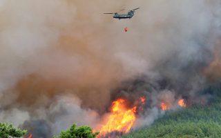 Η πυρκαγιά που καίει από το Σάββατο στη Θάσο θεωρείται μία από τις μεγαλύτερες στο νησί, ενώ οι καμένες εκτάσεις δεν μπορούν ακόμα να υπολογισθούν με ακρίβεια.