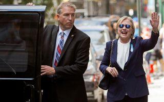 Η υποψήφια πρόεδρος των Δημοκρατικών Χίλαρι Κλίντον αναχωρεί από το διαμέρισμα της κόρης της Τσέλσι στη Νέα Υόρκη. Η περιπέτεια της υγείας της και η απόφασή της να μη δημοσιοποιήσει αμέσως ότι νοσεί από πνευμονία επισκιάζουν την πολιτική αντιπαράθεση με τον αντίπαλό της Ντόναλντ Τραμπ, τη στιγμή που το προβάδισμά της έχει περιοριστεί σε ποσοστά από 2% έως 5%. Πάντως, η Χίλαρι Κλίντον ανακοίνωσε χθες ότι θα επιστρέψει κανονικά την Παρασκευή στην προεκλογική εκστρατεία.