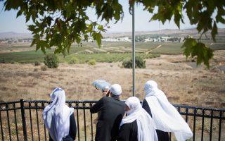 Οικογένεια Δρούζων ατενίζει τη συριακή πόλη Κουνέιτρα από παρατηρητήριο στα κατεχόμενα από το Ισραήλ Υψώματα του Γκολάν.