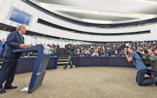 Τις προτάσεις του για την αναστήλωση του κύρους της Ευρωπαϊκής Ενωσης, που δέχθηκε ισχυρό πλήγμα από το δημοψήφισμα υπέρ του Brexit, παρουσίασε στη χθεσινή ομιλία του για την κατάσταση της Ενωσης ο επικεφαλής της Ευρωπαϊκής Επιτροπής, Ζαν-Κλοντ Γιούνκερ. «Η Ε.Ε. βρίσκεται σε υπαρξιακή κρίση», είπε, για να προσθέσει πως η Ευρώπη χρειάζεται περισσότερη ενότητα. Υπογραμμίζοντας ότι οι ερχόμενοι δώδεκα μήνες είναι κρίσιμοι, ο κ. Γιούνκερ παρουσίασε σειρά μέτρων που «θα οδηγήσουν», όπως σημείωσε, «σε περισσότερη Ευρώπη».