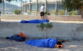 H κατάσταση που έχει διαμορφωθεί στο hotspot της Μόριας οδηγεί πρόσφυγες και μετανάστες να κοιμούνται στους δρόμους της Λέσβου.