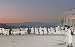 Oι μουσουλμάνοι προσκυνητές παρακολουθούν την ανατολή του ηλίου, λίγη ώρα προτού ξεκινήσει ο τελετουργικός λιθοβολισμός του Σατανά, το λεγόμενο Τζαμαράτ.