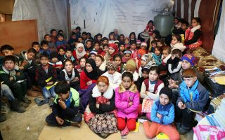 Αίθουσα σχολείου, που φτιάχθηκε για προσφυγόπουλα από τη Συρία, στην πόλη Καμπ Ελιάς του Λιβάνου.