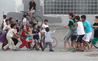 Στο Κέντρο Φιλοξενίας Προσφύγων στο Ωραιόκαστρο η ζωή των μικρών παιδιών συνεχίζεται κανονικά. Η «καταιγίδα» που ξέσπασε προ ημερών, με αφορμή την άρνηση του συλλόγου γονέων του 5ου Δημοτικού Σχολείου Μελισσοχωρίου να τα δεχθούν σε τάξεις υποδοχής, δεν μοιάζει να τα έχει αγγίξει. Πάντως, πολλοί ντόπιοι τώρα ανοίγουν τις αγκαλιές τους στα προσφυγόπουλα.