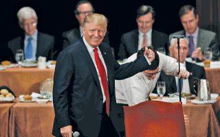Ο υποψήφιος Ντόναλντ Τραμπ στην ομιλία του στην Οικονομική Λέσχη της Νέας Υόρκης την Πέμπτη το βράδυ.