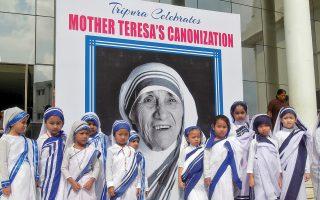 Την αγιοποίηση της Μητέρας Τερέζας γιόρτασαν αυτές οι μικρές μαθήτριες σχολείου της πόλης Αγκαρτάλα του κρατιδίου Τριπούρα, στην Ανατολική Ινδία.