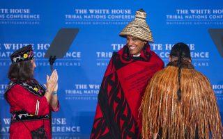 Με τιμή και καμάρι. Στην Εθνική Συνδιάσκεψη των Αμερικανών Ινδιάνων συμμετείχε ο Πρόεδρος Obama για όγδοη και τελευταία φορά. Στην διάρκειά της η Lynn Malerda, πρόεδρος της φυλής Mohegan χάρισε στον Πρόεδρο μια τελετουργική κουβέρτα και ένα καπέλο, που τα δέχτηκε με μεγάλη χαρά. Στην Συνδιάσκεψη συμμετείχαν οι αρχηγοί από 567 φυλές για να συζητήσουν δικά τους θέματα, αλλά και την σχέση τους με το κράτος.  EPA/JIM LO SCALZO