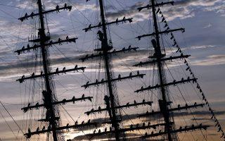 Περιστέρια. Μέλη του πληρώματος του περουβιανού  ιστιοφόρου «Union» εντυπωσιάζουν τους θεατές κατά την άφιξη του σκάφους. Το ιστορικό σκαρί έδεσε στο λιμάνι της Αβάνας κατά την διάρκεια εκπαιδευτικού ταξιδιού.  REUTERS/Stringer