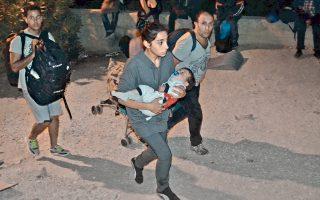 Πρόσφυγες και μετανάστες αποχωρούν από το hotspot της Μόριας, ύστερα από τα επεισόδια που ξέσπασαν χθες με αφορμή τη φήμη που κυκλοφόρησε στον καταυλισμό περί ομαδικής επαναπροώθησης στην Τουρκία. Από τα επεισόδια ξέσπασε και πυρκαγιά, η οποία μαινόταν εντός και εκτός του καταυλισμού, με τους πυροσβέστες να δίνουν μάχη για να διασώσουν τα καταλύματα φιλοξενίας στα οποία διαμένουν περίπου 3.500 άνθρωποι. Νωρίτερα, κάτοικοι του νησιού είχαν πραγματοποιήσει πορεία διαμαρτυρόμενοι για τον μεγάλο αριθμό προσφύγων.