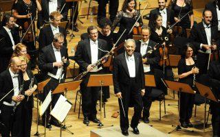 H στιγμή του θριάμβου για την άρτια εκτέλεση... O διευθυντής της Φιλαρμονικής Oρχήστρας του Iσραήλ, εξαίρετος αρχιμουσικός Zούμπιν Mέτα, χαμογελά μπροστά στον ενθουσιασμό του ακροατηρίου που, όρθιο, χειροκροτεί τον μαέστρο και τους άξιους μουσικούς - σολίστες με τα πνευστά, κλαρινέτα και όμποε (φωτογραφία Γιάννης Kανελλόπουλος, 17/9/2016).