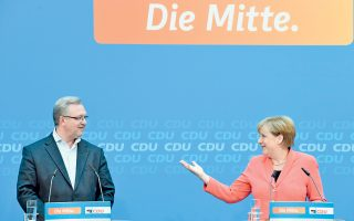 Η Αγκελα Μέρκελ και ο υποψήφιος των Χριστιανοδημοκρατών στο Βερολίνο, Φρανκ Χένκελ, στη συνέντευξη Τύπου μετά τις εκλογές.