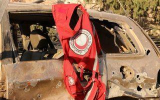Στολή με τα διακριτικά της αραβικής ερυθράς ημισελήνου κρέμεται από κατεστραμμένο όχημα σε περιοχή της επαρχίας του Χαλεπίου, όπου έλαβε χώρα ο βομβαρδισμός αυτοκινητοπομπής του ΟΗΕ με ανθρωπιστική βοήθεια.