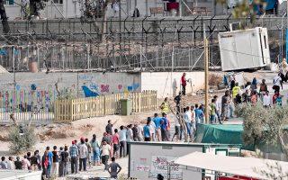 Οι 800 μετανάστες και πρόσφυγες στο hotspot στη Μόρια της Λέσβου δεν έχουν πλέον κατάλυμα μετά τη μεγάλη φωτιά της Τρίτης, που κατέστρεψε τις σκηνές τους, ενώ οι εξαγγελίες για άμεση μεταφορά πλοίου στη Μυτιλήνη για τη φιλοξενία τους αποδεικνύονται κυβερνητικό πυροτέχνημα. Αστυνομικοί, εθελοντές και μέλη ΜΚΟ περιγράφουν στην «Κ» το χρονικό της εκκένωσης του hotspot, αλλά και τους λόγους ή τις εκδοχές που οδήγησαν σε διαμάχες και στην πυρκαγιά. Την ίδια στιγμή, «φιέστα» διοργανώνει σήμερα στην Αμυγδαλέζα το υπουργείο Προστασίας του Πολίτη για να διασκεδάσει τις εντυπώσεις από τα γεγονότα στη Μόρια.