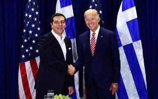Θερμή χειραψία του Ελληνα πρωθυπουργού Αλ. Τσίπρα με τον αντιπρόεδρο των ΗΠΑ Τζο Μπάιντεν, στο περιθώριο των εργασιών της Γενικής Συνέλευσης του ΟΗΕ στη Νέα Υόρκη.
