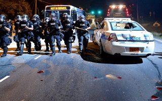 Εναντίον των διαδηλωτών εφορμούν οι άνδρες της αστυνομίας της Σάρλοτ, κατά τη διάρκεια διαδήλωσης τη νύχτα της Τρίτης, μετά τον θάνατο του 45χρονου Αφροαμερικανού Κιθ Λαμόντ Σκοτ από πυρά αστυνομικού. Λίγο νωρίτερα, διαδηλωτές επιτέθηκαν εναντίον του περιπολικού της φωτογραφίας, σπάζοντας τα τζάμια του. Παρά τις διαβεβαιώσεις του αρχηγού της αστυνομίας ότι ο Λαμόντ Σκοτ ήταν ένοπλος και ότι δεν υπάκουσε στις υποδείξεις των αστυνομικών, συγγενείς του θύματος επέμεναν χθες ότι ο 45χρονος ήταν άοπλος.