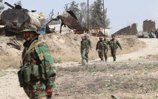 Ενοπλοι που μάχονται στο πλευρό του καθεστώτος Ασαντ περιπολούν στην περιοχή Ραμούσα, νότια του Χαλεπίου.