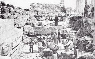 Η φωτογραφία «που μιλάει» είναι από το βιβλίο «Η Ανασκαφή της Ακροπόλεως από το 1885 μέχρι το 1890» των G. Kawerau και Π. Καββαδία (εικ. 2, σελ. 25). Η λεζάντα γράφει: «Ανασκαφή του παρά το βόρειον τείχος χώρου, εν ω ευρέθησαν τα πολλά αγάλματα». (Από τη στήλη ευχαριστίες στη Δανάη Ζαούση, Γραφείο Επικοινωνίας και Προβολής του Μ.Α., για την πηγή και αυθεντική λεζάντα της φωτογραφίας.)