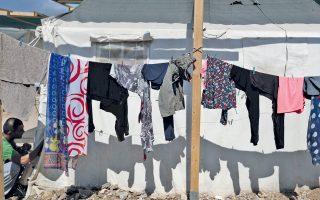 Σε απάνθρωπες συνθήκες ζουν οι «εγκλωβισμένοι» στην Ελλάδα, σύμφωνα με τη Διεθνή Αμνηστία.