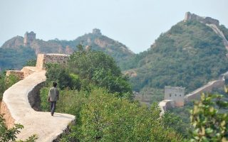Οι Αρχές στην επαρχία Λιαονίνγκ της Νοτιοανατολικής Κίνας ξεκίνησαν έρευνες για τις αμφιλεγόμενες εργασίες αποκατάστασης στο Σινικό Τείχος, που είχαν ως αποτέλεσμα ένα τμήμα του διάσημου μνημείου να είναι σχεδόν μη αναγνωρίσιμο. Μέρος του τείχους στρώθηκε με τσιμέντο, με συνέπεια πολλοί να κάνουν λόγο για καταστροφή της ιστορικής αξίας του μνημείου. Το συγκεκριμένο τμήμα του τείχους έχει ιστορία άνω των 600 ετών και οι Κινέζοι το θεωρούν «το ομορφότερο».