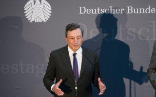 Εκεί όπου διατυπώνονται οι πιο αυστηρές επικρίσεις εναντίον του, στη γερμανική Βουλή, βρέθηκε χθες ο πρόεδρος της ΕΚΤ Μάριο Ντράγκι. Ο Ιταλός κεντρικός τραπεζίτης της Ευρωζώνης υπερασπίσθηκε σθεναρά τη νομισματική πολιτική του και σημείωσε ότι, μόνο το 2015, το γερμανικό κράτος κέρδισε 28 δισ. ευρώ από τα χαμηλά επιτόκια. Ευνοημένα επίσης είναι και τα γερμανικά νοικοκυριά.
