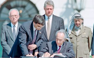 Ο Πέρες  (κέντρο) το 1993 κατά την υπογραφή των συμφωνιών του Οσλο, παρουσία του τότε Ισραηλινού πρωθυπουργού Γιτζάκ Ράμπιν, του Αραφάτ και του πρώην προέδρου των ΗΠΑ Μπιλ Κλίντον.