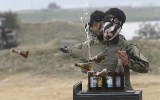 Barman. Με μια ακαριαία κίνηση ένας στρατιώτης της Νοτίου Κορέας σπάει τα μπουκάλια, αποδεικνύοντας το αξιόμαχο του στρατεύματος. Το Υπουργείο Άμυνας της χώρας διοργάνωσε την αναπαράσταση της μάχης  του ποταμού Naktong στο Waegwan,  στο πλαίσιο της ημέρας  μνήμης για την 66η επέτειο του Πολέμου της Κορέας. AP Photo/Ah
