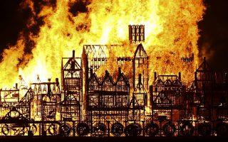 Το Λονδίνο καίγεται. Τις προηγούμενες ημέρες, όλοι έκαναν χάζι τα ξύλινα σπίτια που φτιάχτηκαν και τοποθετήθηκαν όλα μαζί, με σκοπό να φτιάξουν-όσο γίνεται πιο κοντά στην πραγματικότητα- την εικόνα της πόλης το 1666. Τότε που μια τεράστια φωτιά την κατέστρεψε  και ξαναδημιουργήθηκε από τις στάχτες της. Με αφορμή την επέτειο αυτή, το μοντέλο της ξύλινης πόλης πυρπολήθηκε στον Τάμεση για να γιορταστούν τα 350 χρόνια της θλιβερής επετείου.  AFP / JUSTIN TALLIS