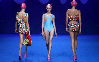 Χρώματα για την διάθεση. Με την γνωστή παιγνιώδη της διάθεση, η Agatha Ruiz de la Prada παρουσίασε άλλη μια πολύχρωμη συλλογή. Ξεκίνησε και επισήμως η εβδομάδα μόδας της Μαδρίτης. EPA/J.J. GUILLEN