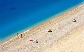 Κολύμπι στις δυτικές παραλίες του νησιού, μία από αυτές η παραλία Εγκρεμνοί. (Φωτογραφία: ΟΛΓΑ ΧΑΡΑΜΗ)