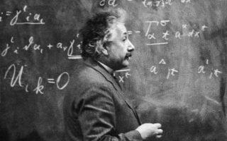 Ο Αλμπερτ Αϊνστάιν στο βασίλειό του: μπροστά από μαθηματικές εξισώσεις. Ωστόσο, ήταν και αυτός άνδρας (φωτ. Hulton Archive/Getty Images).
