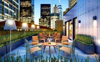 Το AKA Wall Street ξεχωρίζει για τις λιτές γραμμές του και την ατμοσφαιρική βεράντα του με θέα στους ουρανοξύστες.