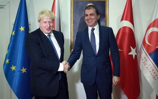 British Foreign Minister Boris Johnson (L) shakes hands with Turkish EU Affairs Minister Omer Celik (R) during a meeting in Ankara on September 26, 2016.  / AFP / ADEM ALTAN