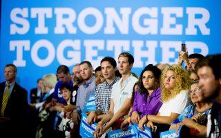 Φίλοι της Χίλαρι Κλίντον παρακολουθούν ομιλία της, αφού η Δημοκρατική υποψήφια επέστρεψε στην προεκλογική εκστρατεία έχοντας αναρρώσει από την πνευμονία.