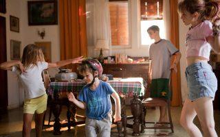 «Αλεπού»: χαρακτηριστική σκηνή από την ταινία μικρού μήκους της Ζακλίν Λέντζου. Αθήνα, καλοκαίρι. Υστερα από καβγά με τη μητέρα του, ο Στέφανος, ένας ατίθασος έφηβος, μένει σπίτι του με τα αδέρφια του και το άρρωστο σκυλί τους, τη Λούση. Κανείς τους δεν συνειδητοποιεί πως αυτή είναι η τελευταία ανάλαφρη ημέρα της ζωής τους.