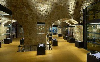 Εδώ, μέσα στις προθήκες από κρύσταλλο που αιωρούνται, εκτίθενται πιστόλες, γιαταγάνια, κοσμήματα, παλάσκες και φυλαχτά. Κάτω, η εξωτερική άποψη του μουσείου, που στεγάζεται στον προμαχώνα της νοτιοανατολικής ακρόπολης (Ιτς Καλέ). Στο διπλανό κτίσμα, όπου λειτουργούσαν κάποτε μαγειρεία, ξαναχτίστηκαν οι καμινάδες του σύμφωνα με μια ξεχασμένη φωτογραφία. Το αναξιοποίητο μέχρι πρότινος τμήμα του κάστρου αναμορφώθηκε υποδειγματικά. Οι εργασίες αποκατάστασης βασίστηκαν σε εγκεκριμένες μελέτες και υλοποιήθηκαν σε στενή συνεργασία με την Εφορεία Αρχαιοτήτων Ιωαννίνων. Απομένει να παραμείνει ανοικτή –όχι μόνο για τα εγκαίνια– η νότια πύλη, που οδηγεί στο κάστρο και τους επισκέπτες πιο εύκολα στο μουσείο.