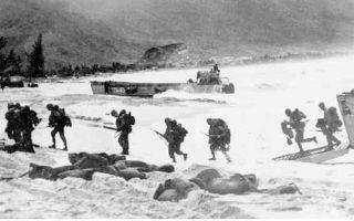 Επίλεκτες αμερικανικές δυνάμεις πεζοναυτών αποβιβάζονται στις ακτές του Νότιου Βιετνάμ. Μετά τον Αύγουστο του 1964 ο πρόεδρος Τζόνσον χρησιμοποίησε το ψήφισμα του κόλπου Τονκίν ως συνταγματική κάλυψη για τη στρατιωτική εμπλοκή των ΗΠΑ στο Βιετνάμ, χωρίς νέα τοποθέτηση του Κογκρέσου.