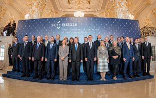 Οι υπουργοί Αμυνας της Ευρωπαϊκής Ενωσης κατά τη χθεσινή άτυπη σύνοδο στην Μπρατισλάβα.