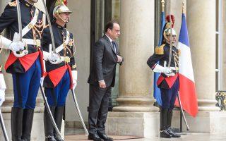 Ο Γάλλος πρόεδρος Φρανσουά Ολάντ καταρρέει στις δημοσκοπήσεις και εγκαταλείπεται από στενούς συνεργάτες του. Αρνό Μοντεμπούρ, Εμανουέλ Μακρόν, Μπενουά Αμόν ετοιμάζονται να διεκδικήσουν την προεδρία στις εκλογές της ερχόμενης άνοιξης.