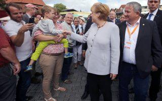 Η Αγκελα Μέρκελ στην προεκλογική εκδήλωση στο Σβέριν. Ερώτημα παραμένει κατά πόσον θα επιδιώξει να διεκδικήσει μια τέταρτη θητεία και αν θα προσπαθήσουν να την εμποδίσουν οι αντιφρονούντες εσωκομματικοί της αντίπαλοι.