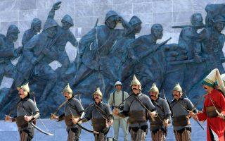 Τούρκοι στρατιώτες με στολές γενίτσαρων στο μνημείο της Καλλίπολης, κατά τη διάρκεια τελετής μνήμης για την πιο σημαντική μάχη που έδωσε η καταρρέουσα Οθωμανική Αυτοκρατορία στον Α΄ Παγκόσμιο.