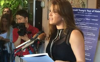 Η Αλίσια Ματσάδο, πρώην εστεμμένη, χάρισε πόντους στην Κλίντον. Ο Τραμπ την είχε χαρακτηρίσει «μις Πίγκι», σχολιάζοντας τα κιλά της.