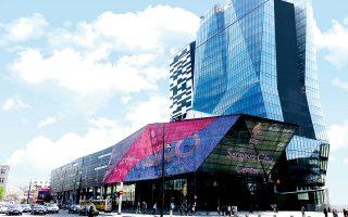 Το Sarajevo City Center είναι ένα εμπορικό και επιχειρηματικό κέντρο που ολοκληρώθηκε το 2014, δείχνοντας τη διάθεση για σύγχρονη ανάπτυξη.