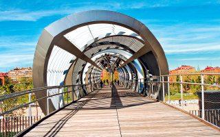 Η πεζογέφυρα Arganzuela ενώνει τις δύο όχθες του ποταμού Manzanares. (Φωτογραφία: Shutterstock)