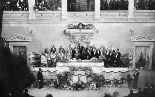 Ο Κωνσταντίνος ορκίζεται βασιλιάς στις 8 Μαρτίου του 1913. Η σκούρα σκιά που φαίνεται στα αριστερά του είναι η βασίλισσα Σοφία με το μαύρο πέπλο του πένθους.